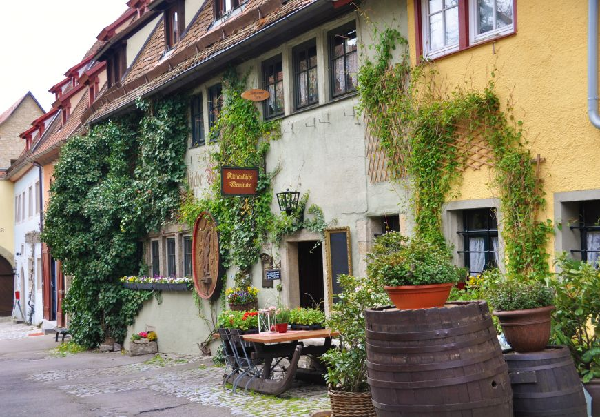 Hotel facade covered with ivy, Altfraenkische Weinstube, Rothenburg ob der Tauber, Germany